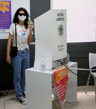bruna marquezine aposta em calca jeans larga para votar no rio de janeiro  701468  1