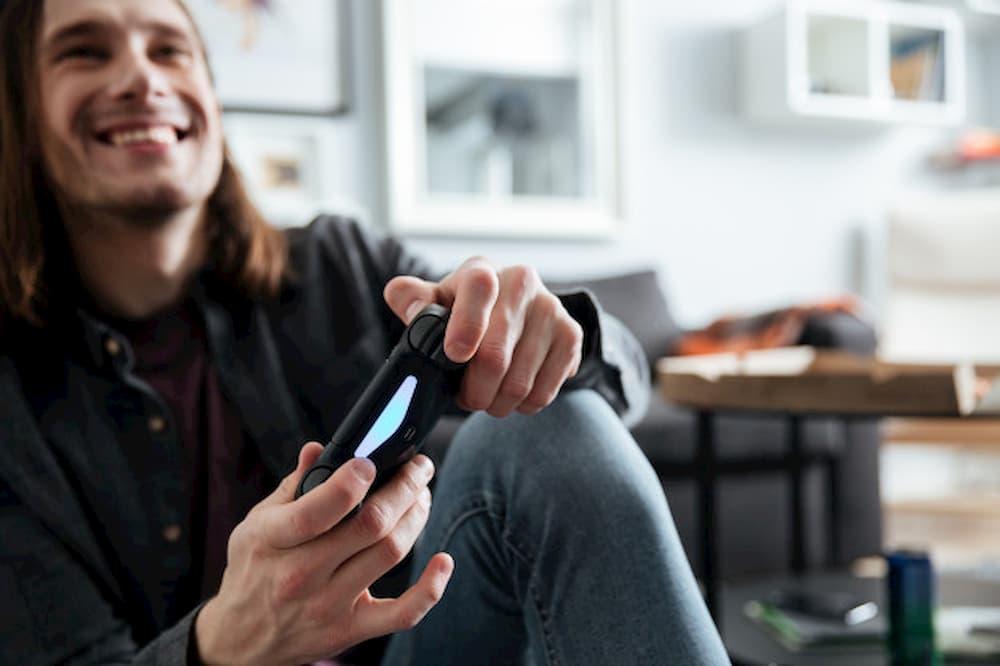 homem jogando video game feliz