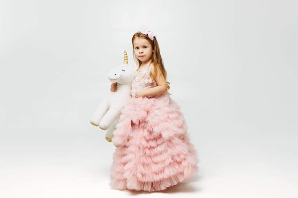 menina-segurando-unicornio1