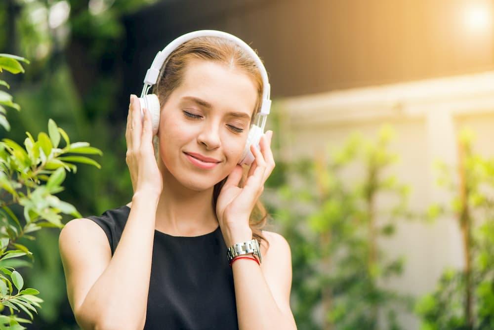 mulher-escutando-musica-no-fone